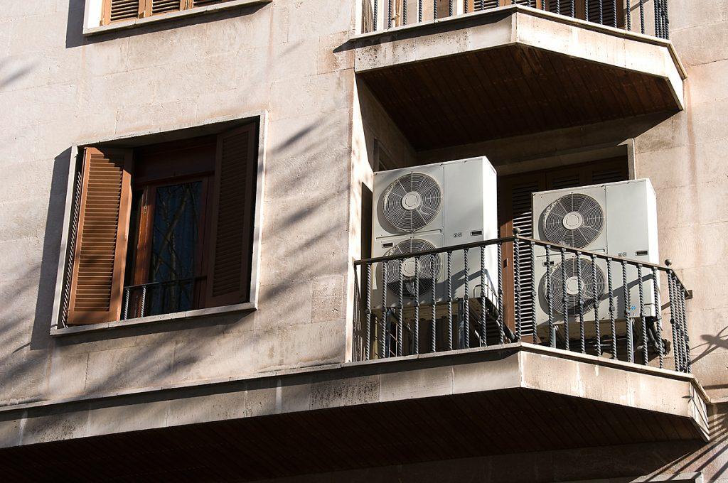 AIR CONDITIONING Confiar en especialistes en climatització domèstica, comercial o industrial, evitarà pèrdues de temps, deficiències en el rendiment, i garantirà la funcionalitat dels aparells d'aire condicionat un cop instal·lats, ja que els aparells d'aire condicionat comprats amb el consell d'un expert son instal·lats amb l'assessorament adequat, permeten tenir les màximes garanties, i a més habitualment són aparells de primera línia i màxima qualitat (sistemes que mantenen una temperatura i qualitat d'aire òptims, eficaços, silenciosos i amb el màxim respecte pel medi ambient), que s'acompanyen des del primer dia dels programes de manteniment necessaris per a poder utilitzar-los en les millors condicions i durant el màxim temps possible. La instal·lació dels aparells d'aire condicionat per part d'especialistes, permet que disposin a més de la millor garantia de manteniment, i, si es dóna el cas, de reparacions.
