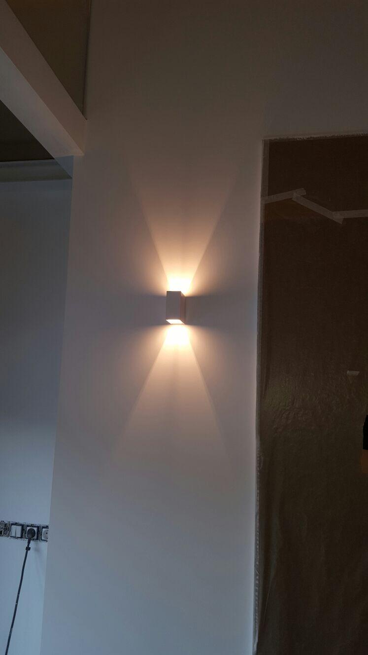 Il·luminació de disseny en armari encastat de vestidor d'àtic de luxe a Andorra la Vella