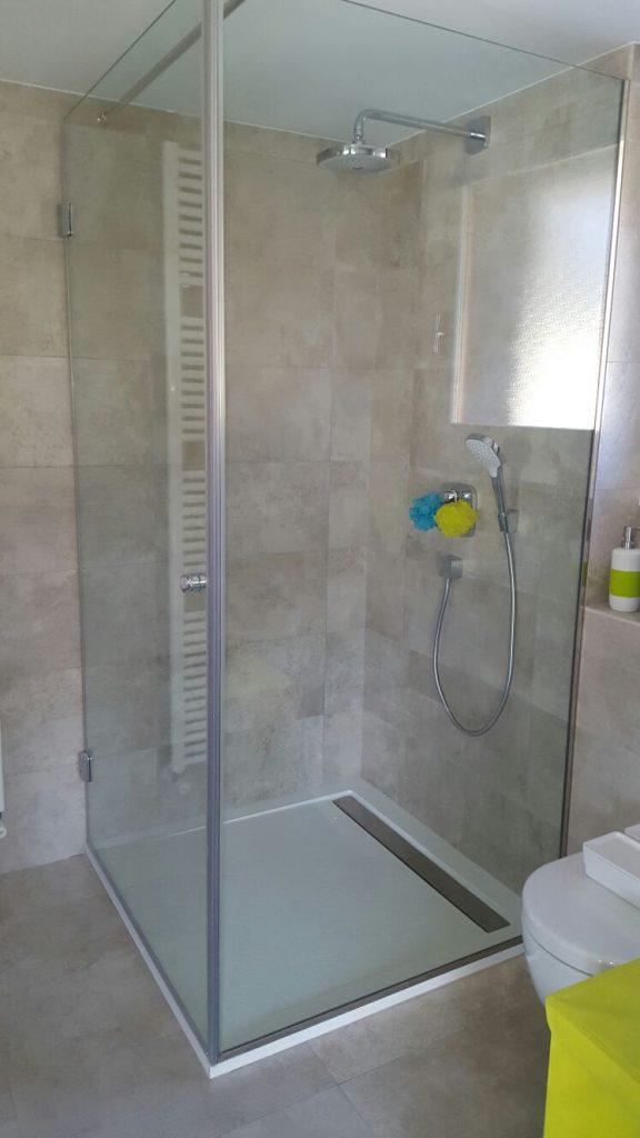 Realitzem tot tipus de mobiliari de bany i reformem banys aquí podeu veure un petit bany de disseny amb una mampara de bany a mida, també fem feines de cristalleria a Andorra. Tot tipus de vidres a mida.