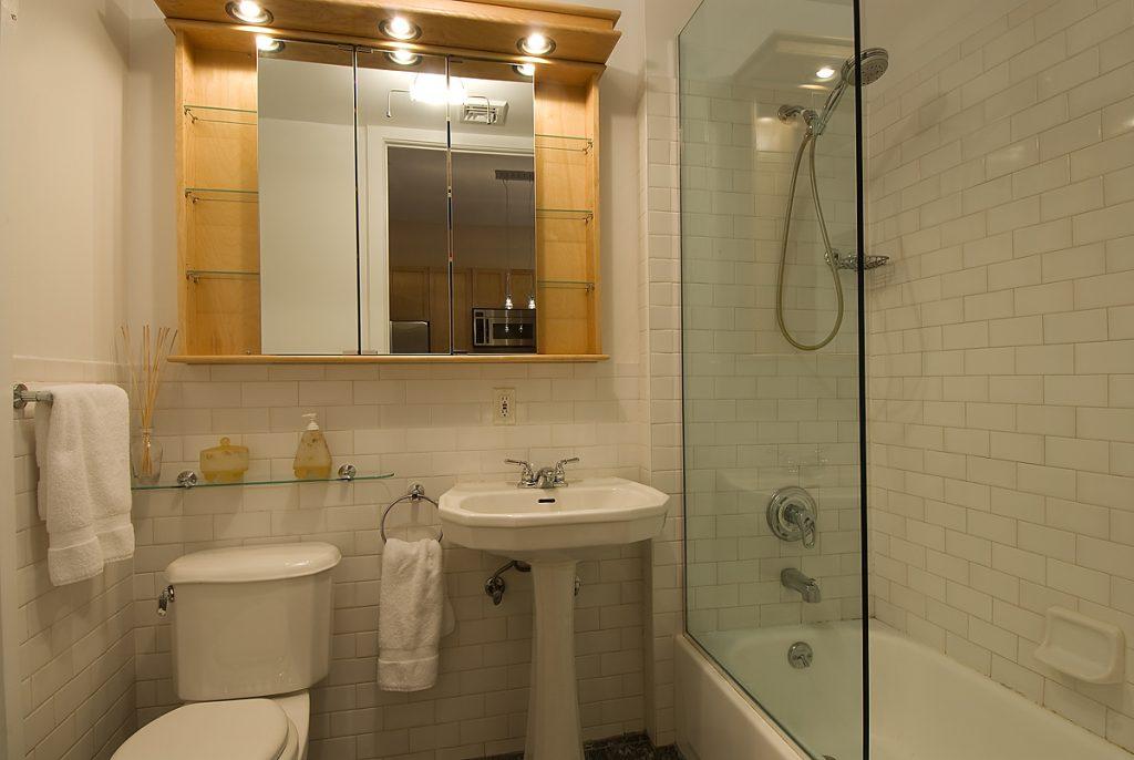 Reformes de banys: revestiments, sanitaris i mobles de bany. Reformes de banys: revestiments ceràmics, sanitaris, aixetes, banyeres, plats de dutxa, columnes d'hidromassatge, adaptació de banys per a minusvàlids, mampares de bany, etc. Ens encarreguem de tot el procés de reforma del bany per ocasionar-te les mínimes molèsties i ens adaptem a les teves necessitats del projecte de reforma del bany.