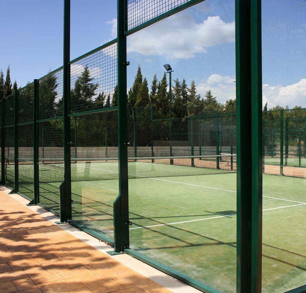 Som especialistes en instal·lacions esportives a Andorra. Les instal·lacions per a esports concrets com ara el tenis o el pàdel requereixen prestacions i característiques específiques i estar al corrent de les tendències i aportar la qualitat necessària en cada obra. També la ponderació del cost, element clau per a l'amortització de la instal·lació d'acord amb l'ús que se'n faci i la propietat, sigui pública o privada.
