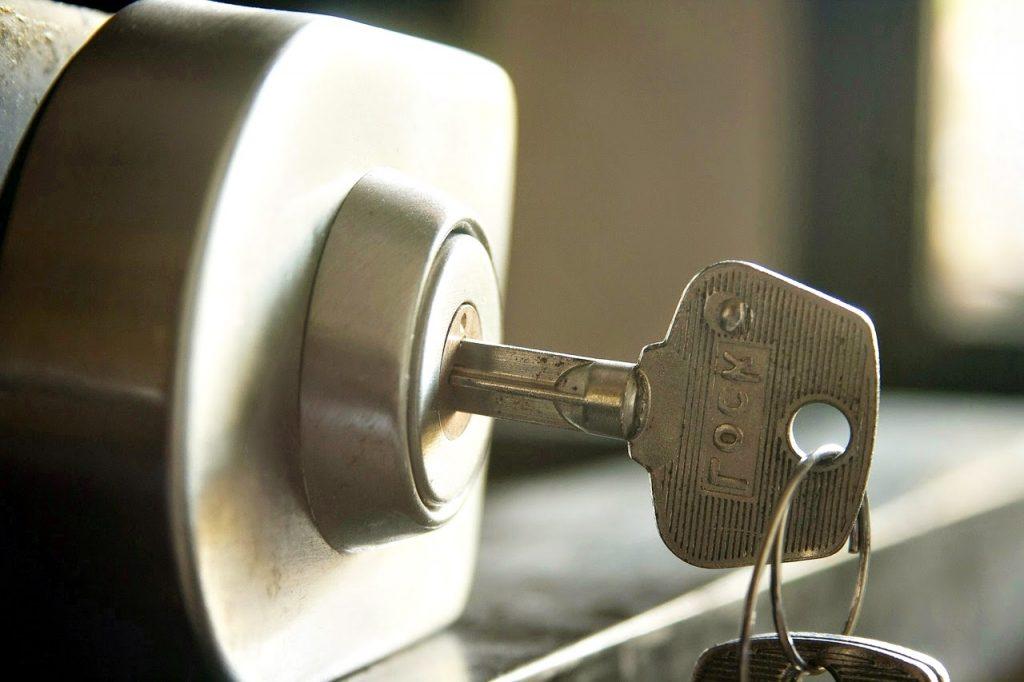 La serralleria és un ofici o professió dedicada a la reparació i manteniment de panys, cadenats, cilindres tant de portes comuns com així també de vehicles, en definitiva el serraller treballa amb tots els sistemes de panys i tancaments coneguts. Un pany és un mecanisme que assegura edificis, habitacions, gabinets o altres llocs d'emmagatzematge contra el robatori. Els professionals de la serralleria són anomenats serrallers. La serralleria és una de les formes més antigues de l'enginyeria de seguretat. També es diu serralleria al lloc on treballen els serrallers de manera que tot el material que el manyà necessita és a la serralleria i on es ven i realitzen còpies de les claus al taller. Una clau es fa servir habitualment per obrir un pany. El manyà pot va obrir el pany sense disposar d'una clau per això acudim a ells quan perdem les claus. També sap realitzar tot tipus d'arranjaments en els panys, instal·lar i arreglar panys. Les còpies de claus les fan els serrallers en els seus tallers, són generalment de bronze tou, ja que els panys també són de bronze. Hi ha molts tipus de panys, per tant hi ha molts tipus de claus. La més comuna és el tipus Yale que es fa servir pràcticament en tots els països.